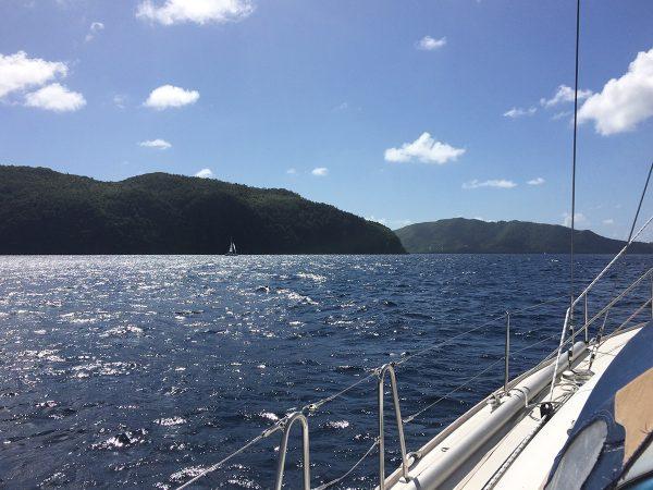 Die Einfahrt zur Admiralty Bay Backbord voraus