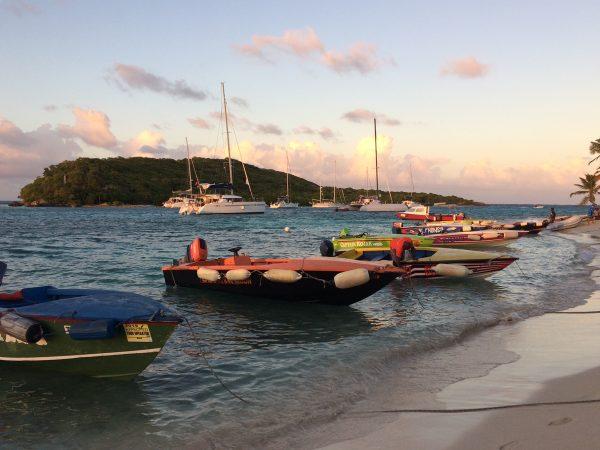 Stimmungsvoll, die Boote der Einheimischen am Strand