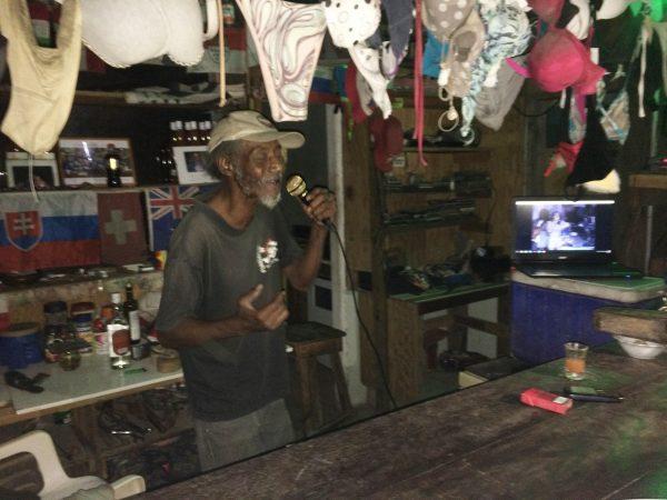 Antony in seiner Bar, singt für uns Bob Marley Songs