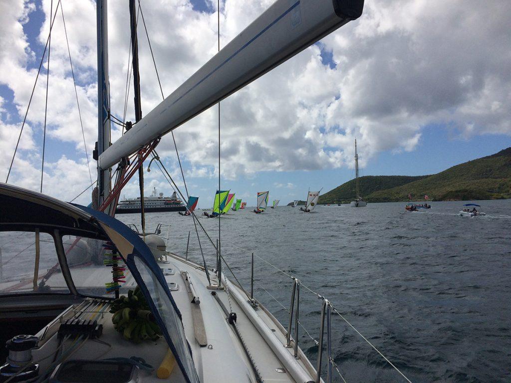 Auslaufen bei Le Marin auf Martinique, vor uns die Einheimischen Regatta mit ihren markanten Segeln