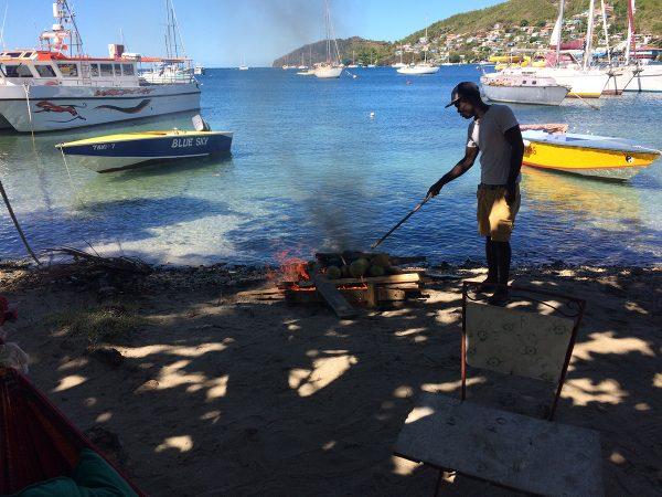 Brotfrüchte werden im offenen Feuer geröstet, wir verarbeiten sie danach zu Salat