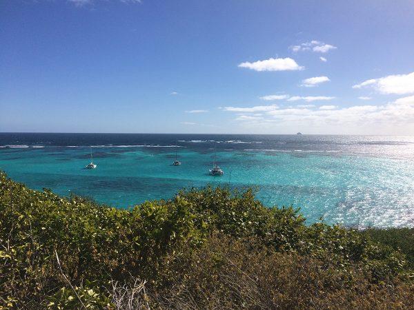 Die Yachten liegen in den Tobago Cays vor dem offenen Atlantik, nur durch ein Riff geschützt