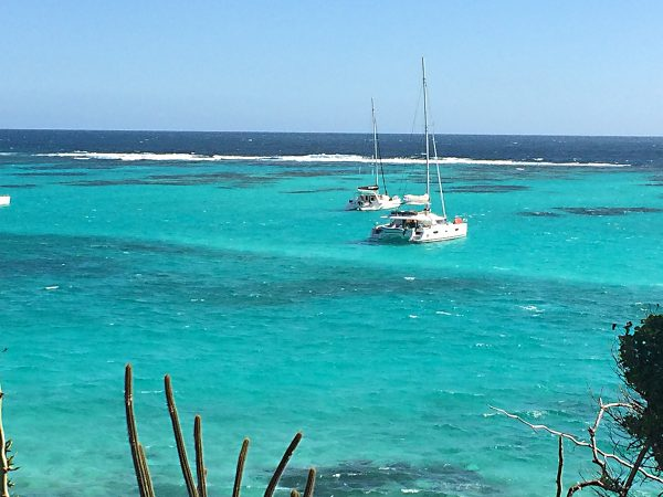Die alte Karibik-Regel: sail in the dark blue water, anker in the light green water and stay away from the brown and the white water!