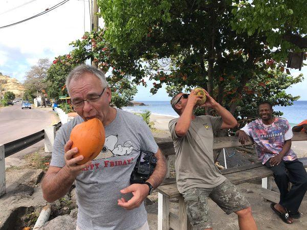 Kokosnuss trinken ohne Strohhalm, eine echte Challange