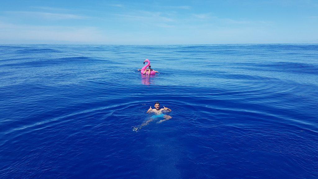 Flamingo-Bad mitten auf dem Nordatlantik
