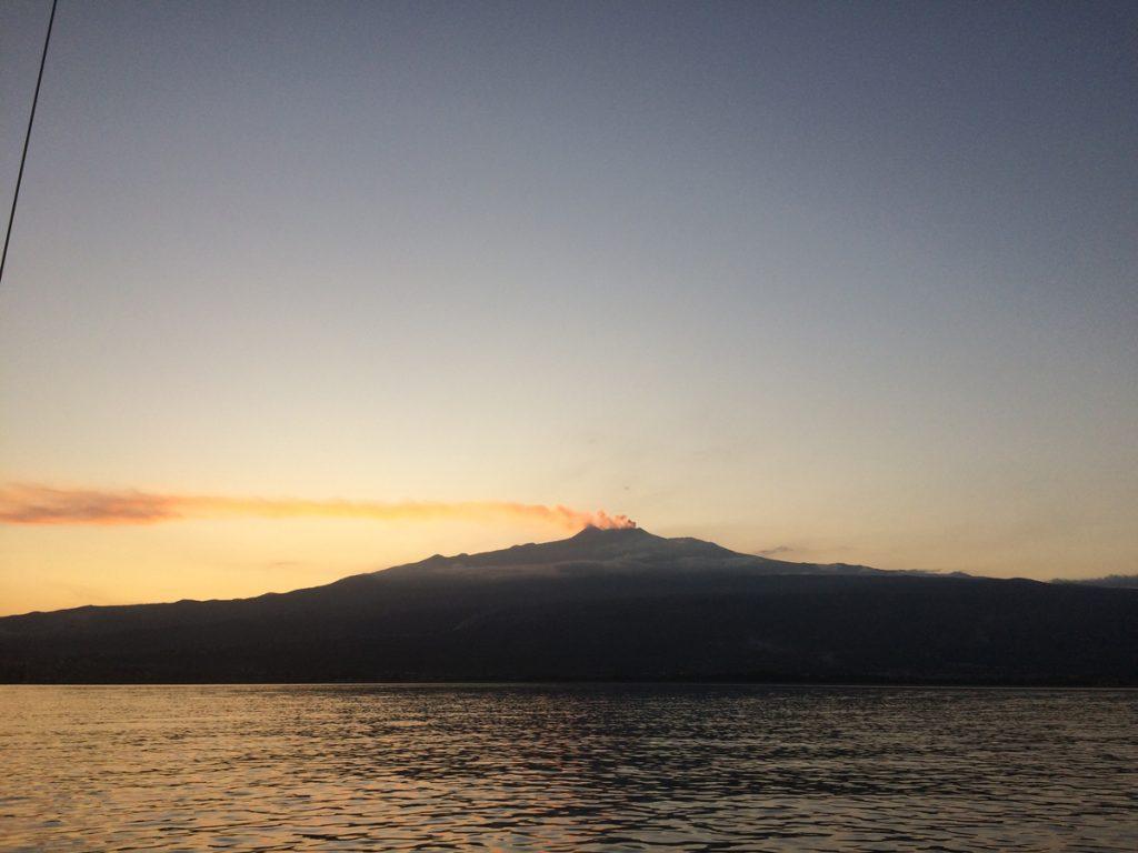 Wir verlassen Sizilien, der Ätna gibt Rauchsignale zum Abschied