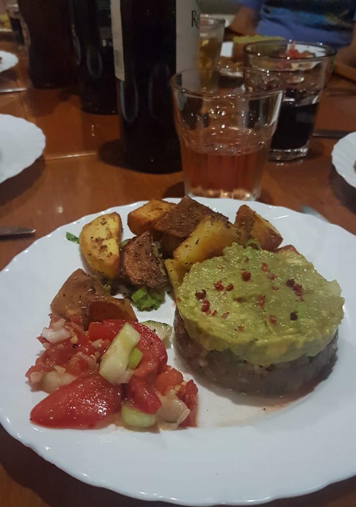 Mhmm, lecker Thunfischtartar mit Avocado-Creme, frischem Salat und Bratkartoffeln