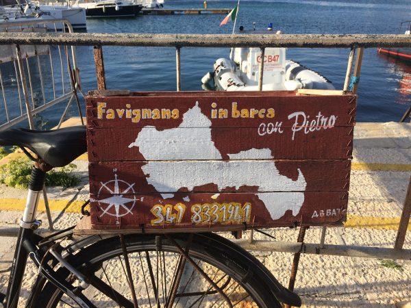 Nette Werbetafel auf Favignana