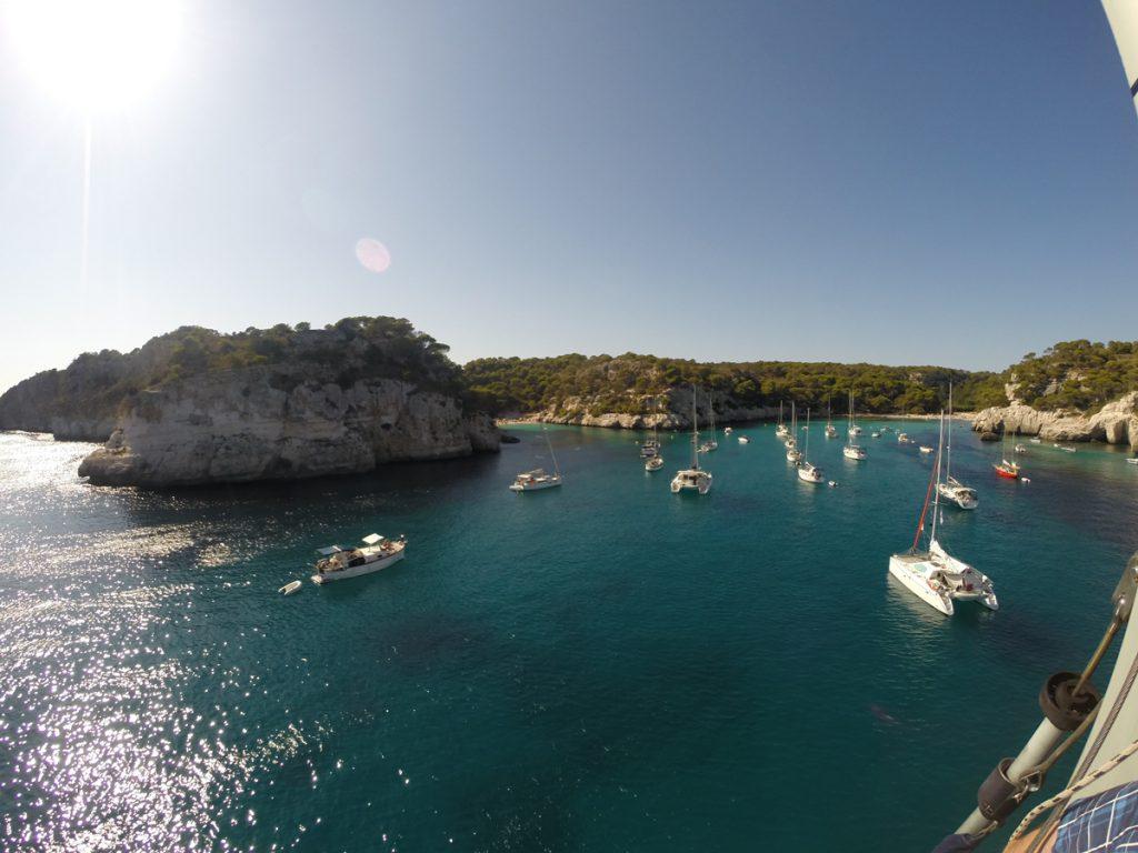 Eine der wundervollen Buchten Menorcas vom Masttop der Emotion