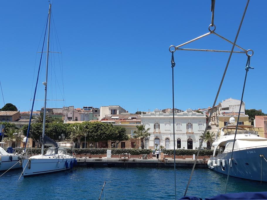dann nochmal kurz Tank- und Eisessenstopp in Carloforte bei Sardinien