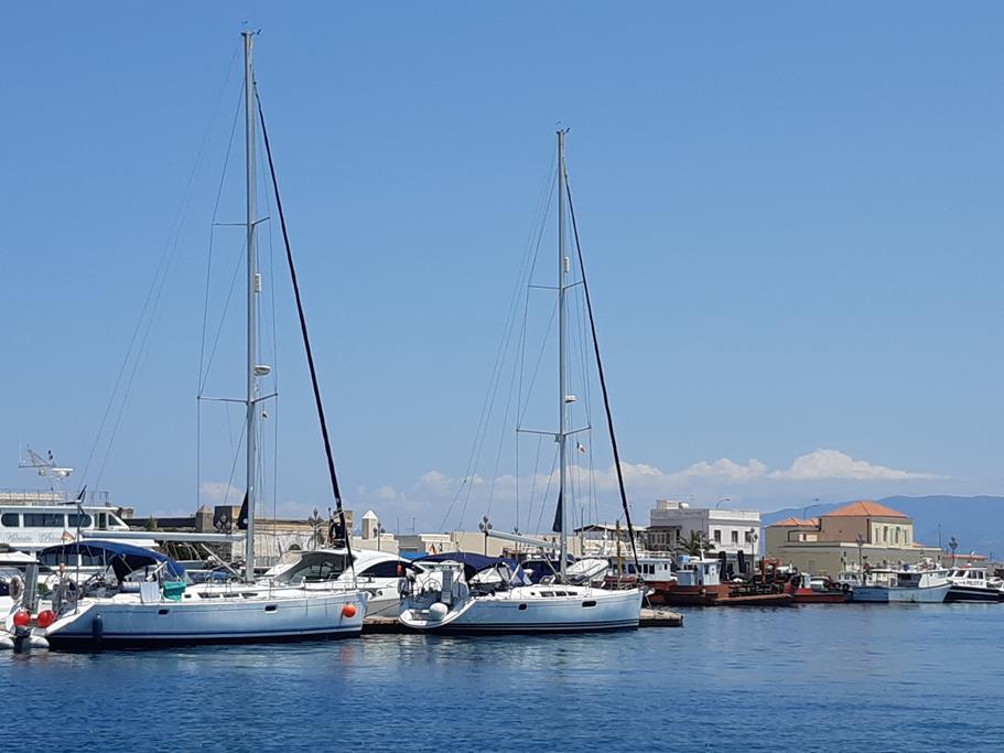 nach 2 Wochen in Milazzo angekommen, unsere beiden Yachten liegen hintereinander, wir wurden mit Blumen von der Inspiration Crew begrüßt