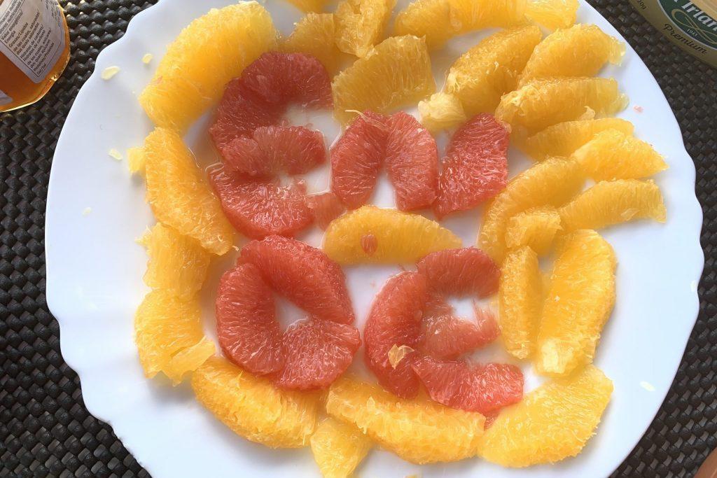 Auf dem Frühstückstisch deuten schon die Grapefruit-Filets das Ende der Überfahrt an