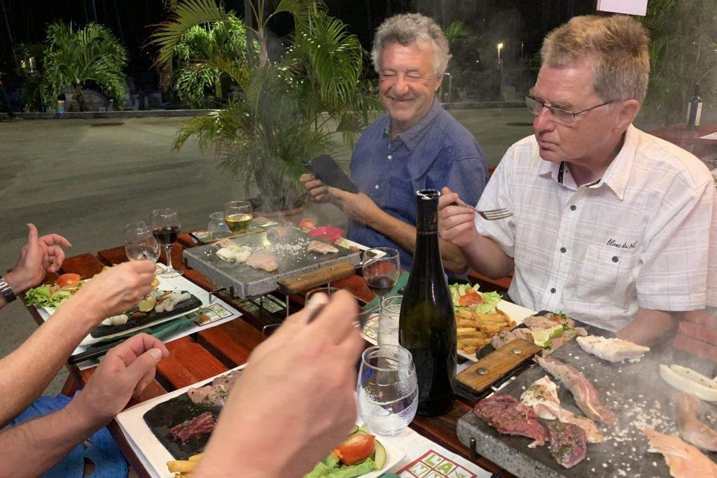 Abschluss-Essen! Leckeres Fleisch auf heißem Stein