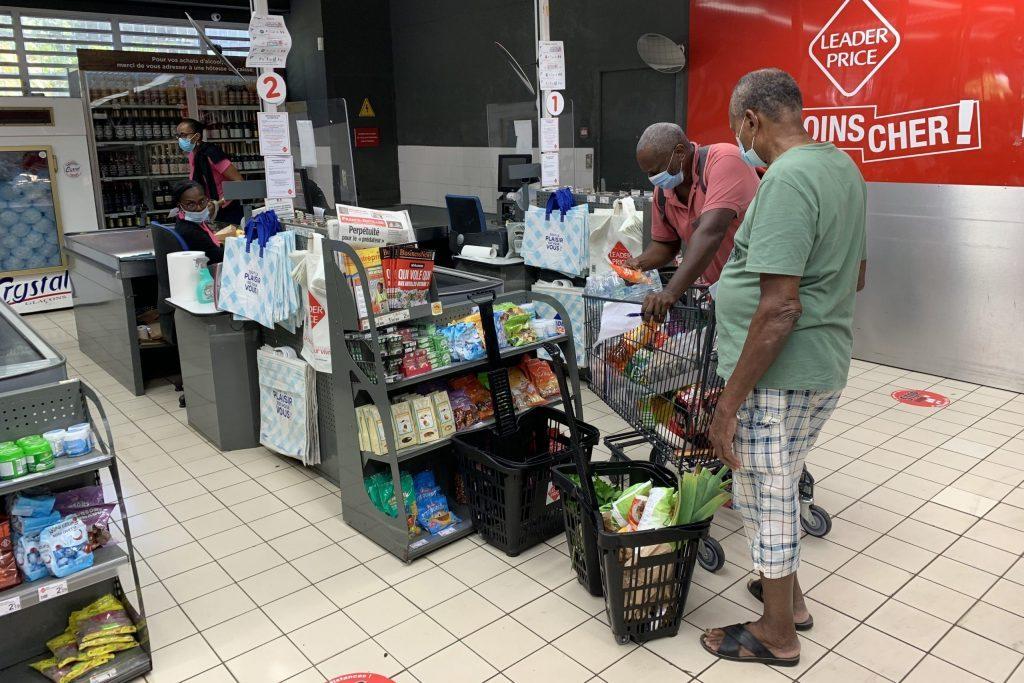 Auch in der Karibik, im Supermarkt alle ganz brav mit Maske