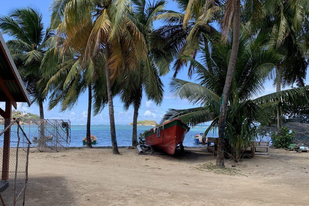 Fischerboot an karibischem Strand